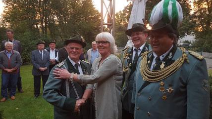 Herbert Beyreuther, Magdalene Bunde, dem 1.Vorsitzenden Manni Bunde und dem 2. Vorsitzenden Holger Neuhaus