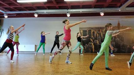 Durch den Körper muss die Bewegung gehen und nicht nur im Arm stecken....