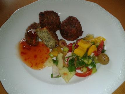 Teller mit Felafel und Salat
