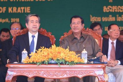 Le Premier ministre Hun Sen et l'ambassadeur chinois au Cambodge, Xiong Bo
