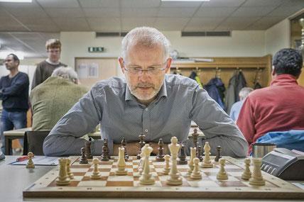 Gesundheitlich nicht auf der Höhe war Reinhard Heimberger. Das wirkte sich leider auch auf sein Schach aus.