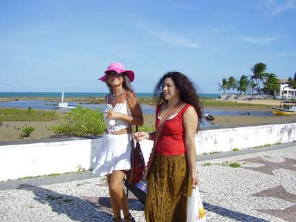 Pyari com Arlete, uma amiga atriz, em S.Cruz Cabrália