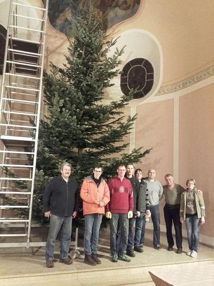 Der Baum steht, die Mannschaft hat gute Arbeit geleistet