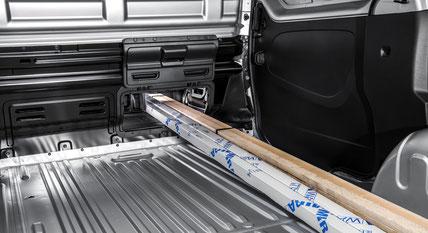 """Die """"CargoPlus""""-Klappe ermöglicht es, auch Objekte mit einer Länge von bis zu 3,75 m (4,15 m beim Langen Radstand) zu transportieren."""