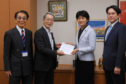 立憲民主党 枝野代表宛の提言書を、団体交流局長の西村智奈美議員に手渡しました。地元の落合貴之議員が同席くださいました。