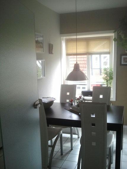 Esstisch in der Küche mit vier Stühlen