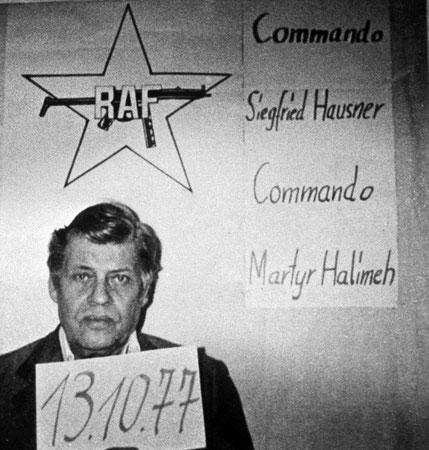 """Hans-Martin Schleyer als Geisel; rechts im Bild die Namen der beiden Terrorkommandos des Herbstes 1977: """"Commando Siegfried Hausner"""" für die Schleyer-Entführer, """"Commando Martyr Halimeh"""" für die Mogadischu-Entführung. """" picture-alliance / dpa"""