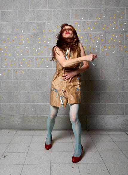 """Eröffnung """"Stuttgart`s First Pop Model"""", 20.10.16 - vhs Kunstgalerie. Kleid aus Primark Papiertaschen. Foto: Susanne Wegner"""