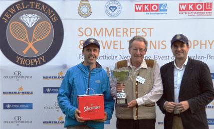 """Verleihung des Preises """"Fairest Player"""" der Firma Thurner an Ernst Weinhapl"""