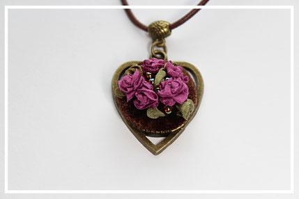 Anhänger mit miniatur Blumenstickerei Handarbeit Schmuckanhänger Herzformig