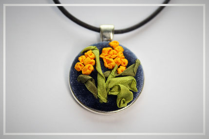Anhänger mit miniatur Blumenstickerei Handarbeit Schmuckanhänger