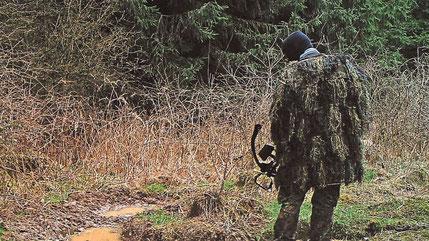 Wilderer mit Armbrust an einer Schwarzwild Suhle, fotografiert von einer Wildkamera. (Quelle: TZ.de)