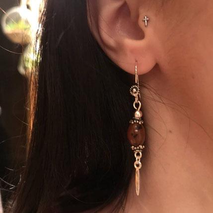 photo-boucle-d-oreille-pendante-en-argent-avec-perles-en-obsidienne-acajou-portee-par-cliente