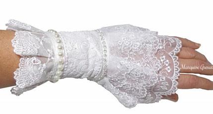 photo-poignet-portant-une-manchette-blanche-baroque-textile-dentelle-avec-strass-perles