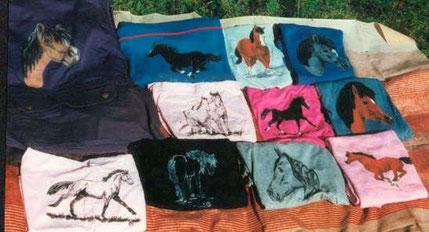 ob Baumwollweste oder Jeanshemd, Sweatshirt oder Top, vieles läßt sich mit einem tollen Tiermotiv bemalen, bringt mir Euer vorgewaschenes Shirt und ich schmücke es für nur 5,-€ mit der tollen Galopperzeichnung oder dem  Araberkopf; in bunt ab 10,-€