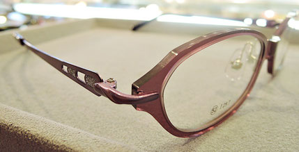 メガネの腕(テンプル)がステンレスのタイプ。シンプルながらも、さりげないオシャレなデザイン。
