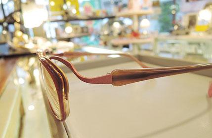 レッド・ブラウン・ピンク、複数の色の組み合わせが美しいメガネ。立体的な印象を与えてお顔に深みを持たせます。