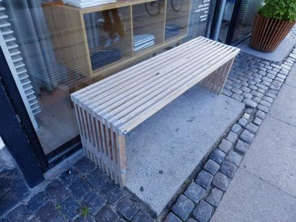 アパートの共有部に置きたくなる木製のベンチ