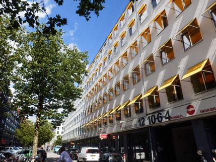 黄色いオーニングが素敵だった建物