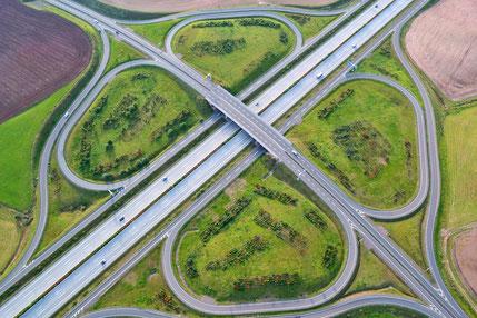Herrliche Landschaften und Naherholungsgebiete werden zerschnitten und verschandelt. Wofür? Mehr Straßen, mehr Lkw-Verkehr.