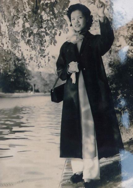 1950. PARIS BOIS DE BOULOGNE. MADAME NGUYÊN THI NGOC-TRÂM  ATTENDAIT ALORS SON PREMIER ENFANT, NGÔ HÔNG-KY SOEUR AÎNEE DE KIM-KHÔI.