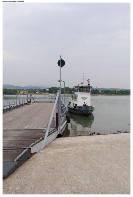 Das ist TukTuk, das kleine Schiff, das bei Szob in Ungarn den Fährenponton über die Donau zieht. Immer wenn es an einem Ufer ankommt, dreht es sich um und zerrt den Ponton wieder zurück. Dann hat TukTuk eine Stunde Pause.