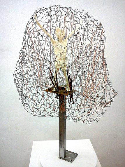Verstrickungen: Draht, Metall, Nägel, Papier, Fäden, Höhe 75 cm, 2016