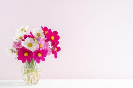 黄色のバラ、ピンクのカーネーション、ミモザで作られた花束。