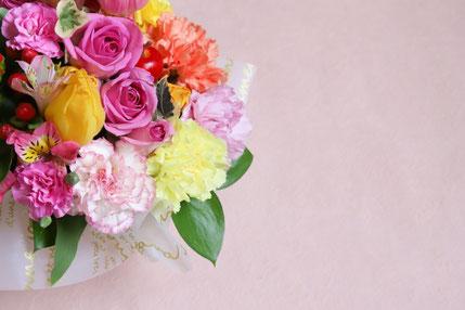 フルーツタルトと紅茶のセット。フリージアのブーケ。