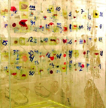 """""""Präparate eines Mediziners und eines Schuhmachers"""", Acrylglasplatte, Präparate, Zeichnungen von Schuhmodellen, Harz, 40x40 cm"""