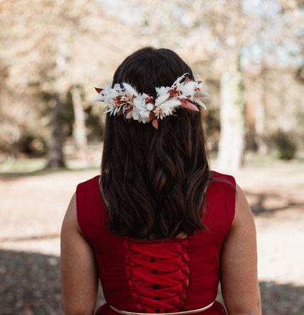 Cette photo représente un peigne en fleurs séchées pour une mariée