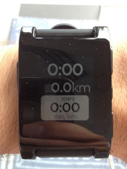 Das ist das Pebble Smartwatch Model vom Sports.Punk. Ich teste das Gedget momentan und berichte ab und an davon. Auf dem Bild wird gerade die Runtastic - App für eine kleine Laufeinheit gestartet.