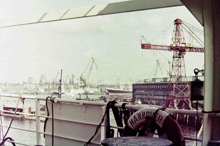 Hamburger Hafen mit Michel Foto Weil 1966