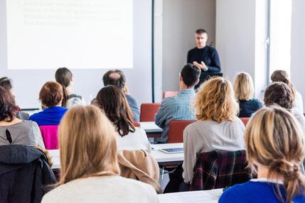 Texterclub Seminare sind fundiert, praxisorientiert und bewährt. Mit ihrem persönlichen Arbeitsordner erhalten und entwickeln Teilnehmende den perfekten Werkzeugkasten, um Texte selbst zu verfassen und Inhalte kompetent zu beurteilen.