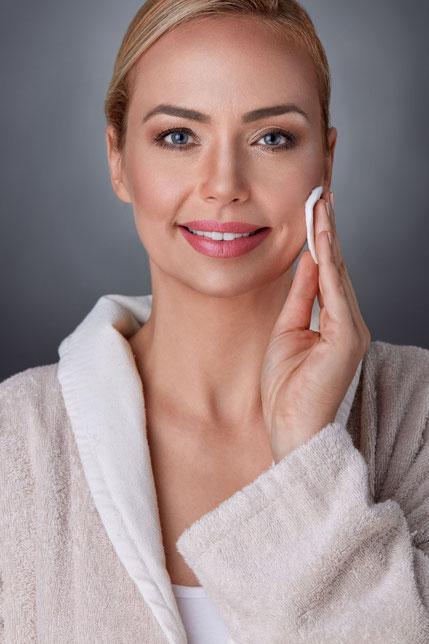 Donna che si prepara il viso per il peeling
