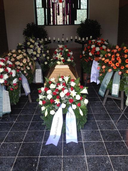 Blumendekokoration einer Trauerfeier