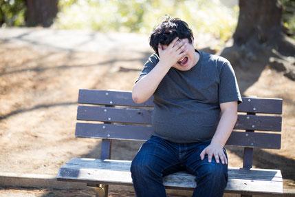 坐骨で座れず腰痛肩こりのひどい男性