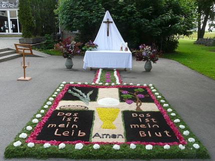 Altar vor der Grundschule gestaltet vom Frauenkreis 2015
