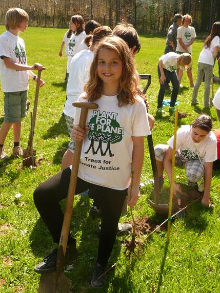 Die Organisation Plant For The Planet wurde vom damals 9 jährigen Felix Finkbeiner ins Leben gerufen. Wenn alle Menschen Bäume Pflanzen, kann ein großer Teil von Kohlenstoffdioxid gebunden werden. Pro verkaufter 1000 Tütle wird ein Baum gepflanzt.