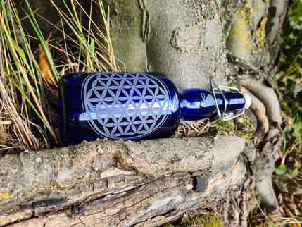 blaues glas , trinkflasche blau glas , heilige geometrie