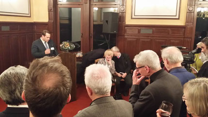 Der Vorsitzende des Regionalausschusses Wilhelmsburg/Veddel Michael Weinreich (MdHB) begrüßt die Gäste
