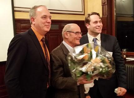Die goldene Elbinselnadel geht 2017 an Hildebrand Henatsch (Mitte), überreicht vom Vorsitzenden des Regionalausschusses  Michael Weinreich (rechts) und dem Regionalbeauftragten des Bezirkes Thorsten Schulz (Links)