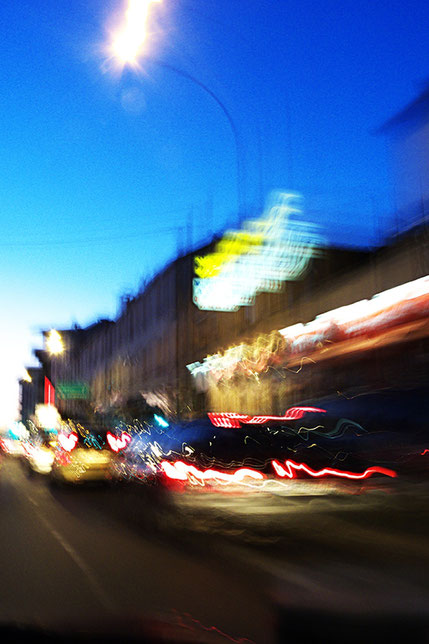 Mathieu Guillochon photographe, sur la route, nuit, ville, couleurs, filé, flou, rail de sécurité, signalisation, lumières