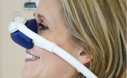 Beruhigendes Lachgas wird während der Behandlung über eine Nasenmaske zugeführt