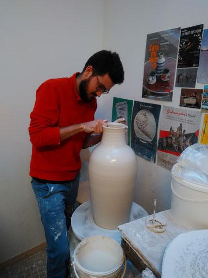 Installé à Lannion depuis décembre 2016, je partage l'atelier Porcelaine & Cie avec ma compagne Juliette Le Reun, qui est céramiste également.     Je travaille la porcelaine au tournage, principalement en grand volume. Mon travail des émaux vient habil