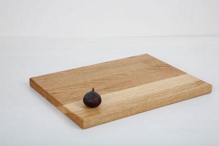 Holzschneidebrett in Esche, rechteckig mit geradeen Kanten. Link zur Shopseite der Holzbretter wood°likes