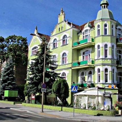 Gepflegte Bürgerhäuser säumen die Kurpromenade von Swinemünde.