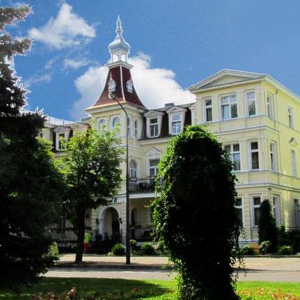 Viele Häuser an der Kurpromenade von Swinemünde sind im Stil der Bäderarchitektur errichtet.