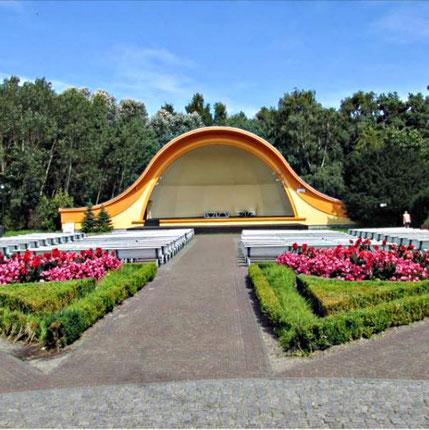 Die Konzertmuschel ist direkt an der Promenade von Swinemünde gelegen.