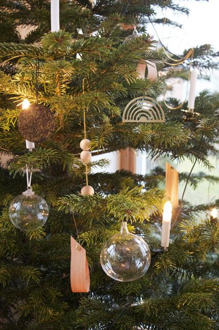 Weihnachtsbaum-Dekoration in Gold, Glas, Metall und Holz